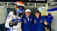 Harry Tincknell, Andy Priaulx, Pipo Derani (zleva) se radují z vítězné kvalifikace v Silverstone