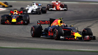 Max Verstappen a Daniel Ricciardo v závodě v Bahrajnu