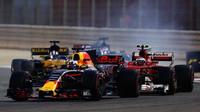 Daniel Ricciardo a Kimi Räikkönen v závodě v Bahrajnu