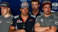 Stoffel, Carlos Sainz, Daniil Kvjat a Fernando Alonso před závodem v Bahrajnu