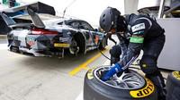 Příprava pneumatik Dunlop u týmu Dempsey-Proton Racing