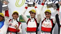 Vítězná posádka kategorie LMP2 týmu Jackie Chan DC Racing ve složení (zleva) Ho-Pin Tung, Oliver Jarvis, Thomas Laurent