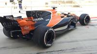 Oliver Turvey s McLarenem během 1. dne sezónních testů v Bahrajnu