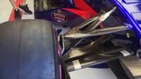Přední zavěšení vozu Toro Rosso STR12 v Bahrajnu