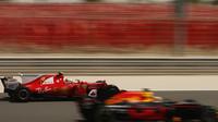 Sebastian Vettel předjíždí vůz Red Bull při sezónních testech v Bahrajnu