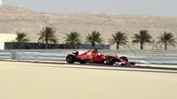 Sebastian Vettel s Ferrari během testování v Bahrajnu