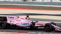 Sergio Pérez na ultra-měkkých pneumatikách při sezónních testech v Bahrajnu