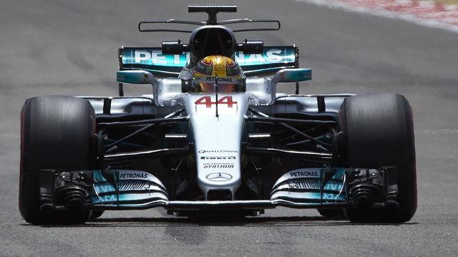 Lewis Hamilton během testování v Bahrajnu