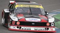 """Bývalý majitel stájí F3, F4 a DTM Peter Muecke se vrátil ke svým kořenům závodníka """"Poháru míru a přátelství"""" a v Hockenheimu předvedl senzační Ford Capri Zakspeed turbo, se kterým roku 1980 jezdil v DRM Klaus Ludwig."""