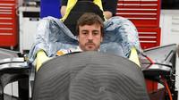 Fernando Alonso při tvarování sedačky ve voze pro závod Indy 500