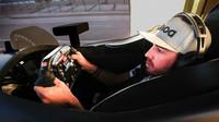 Fernando Alonso na simulátoru Hondy před závodem Indy 500