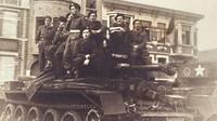 Vojáci Československé samostatné obrněné brigády se svým tankem Cromwell v La Panne (Belgie), nedaleko přístavu Dunkerque, 1945