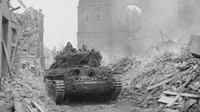 Britský tank Cromwell projíždí troskami města Uedem, Německo, 28.2.1945