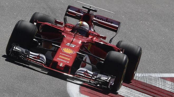 Sebastian Vettel během tréninku v Soči