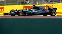 Lewis Hamilton při pátečním tréninku v Soči