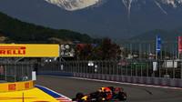 Max Verstappen při pátečním tréninku v Soči