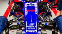 Přední zavěšení kol vozu Toro Rosso STR12 - Renault při pátečním tréninku v Soči