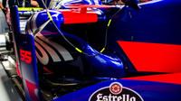 Bočnice vozu Toro Rosso STR12 - Renault při pátečním tréninku v Soči