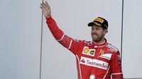 Sebastian Vettel na pódiu po závodě v Soči