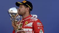 Sebastian Vettel se svou trofejí po závodě v Soči