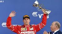 Kimi Räikkönen se svou trofejí po závodě v Soči