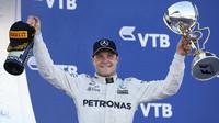 Valtteri Bottas se svou první trofejí z vítězství v Soči