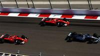 Kimi, Sebastian Vettel a Valtteri Bottas po startu závodu v Soči