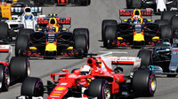 Max Verstappen a Daniel Ricciardo při startu závodu v Soči