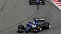 Pacal Wehrlein a Marcus Ericsson v závodě v Soči