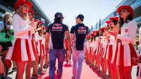 Carlos Sainz a Daniil Kvjat před závodem v Soči