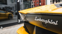 Lamborghini Aventador S má dvanáctiválec s výkonem 740 koní a točivým momentem 690 Nm, maximální rychlost je 350 km/h a cena představuje 7,6 milionu Kč bez daně