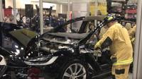Hasiči se prostříhávají do vozu Tesla Model X