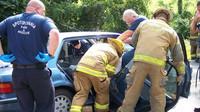 Hasiči odstraňují dveře z havarovaného vozu pomoci hydraulických nůžek