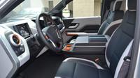 Workhorse W-15 nabízí prostornou kabinu pro řidiče a 4 cestující. Nouze není ani o odkládací prostory