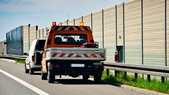 Na oranžový maják mají právo například vozidla vykonávající práci za jízdy nebo vykonávající práci při stojícím vozidle na vozovce nebo krajnici