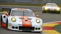 Porsche 911RSR týmu Gulf Racing s posádkou Michael Wainwright, Nick Foster, Matteo Cairoli