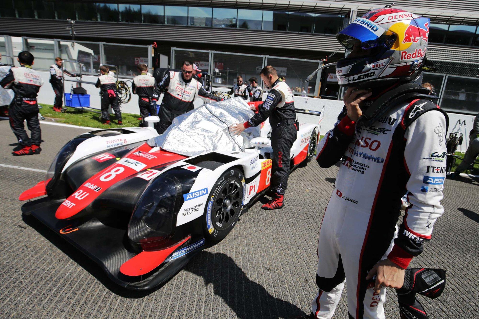 Sébastien Buemi u svého prototypu Toyota TS050 Hybrid před startem závodu ve SPA-Francorchamps