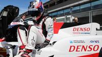 Nicolas Lapierre vystupuje z prototypu Toyota TS050 Hybrid před závodem ve SPA-Francorchamps