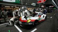 Tovární Porsche 911RSR s posádkou Richard Lietz, Frédéric Makowiecki