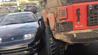 Řidič Jeepu se rozhodl pořádně vytrestat řidiče Nissanu za špatné parkování