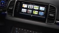 Infotainment systém Škoda Connect dominuje palubní desce. Nalevo můžeme vidět nový digitální přístrojový štít