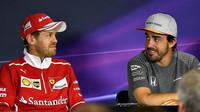 Sebastian Vettela  Fernando Alonso na tiskovce v Barceloně