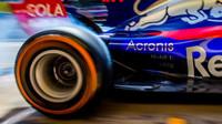 Pálení pneumatiky Pirelli při tréninku v Barceloně