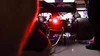 Tým Toro Rosso při tréninku v Barceloně