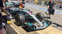 Lewis Hamilton během zastávky v boxech
