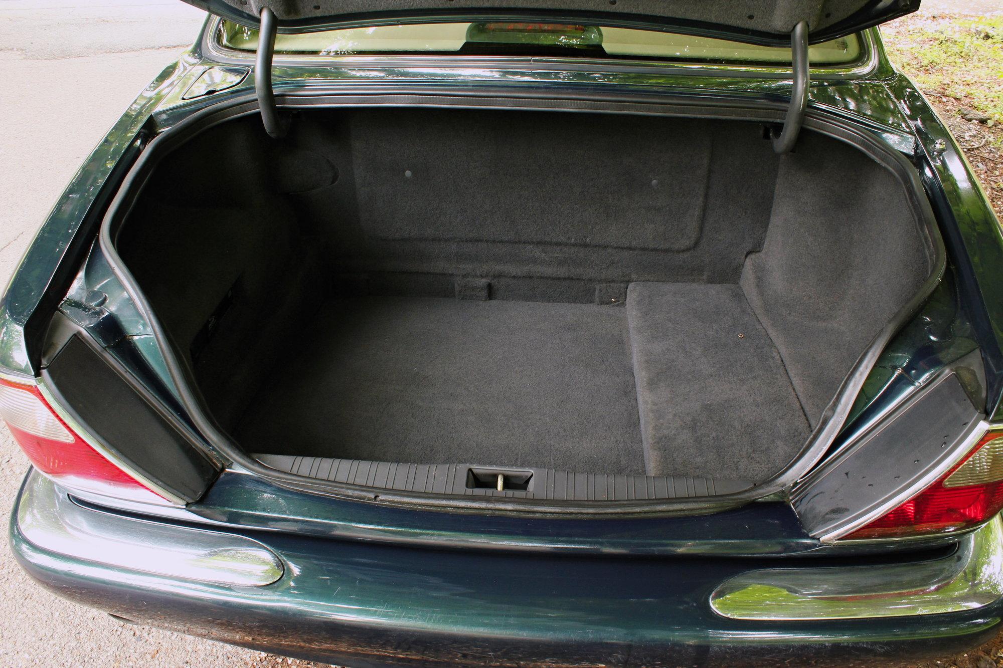 Jaguar XJ (x308) Sovereign nabízí poměrně slušný úložný prostor. V levém horním rohu si můžete všimnou i netradičně umístěného víčka nádrže