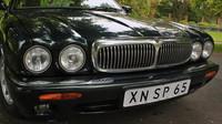 Jaguar XJ (x308) Sovereign a jeho charakteristická příď se čtveřicí kulatých svítilen a masivní chromovanou mřížkou chladiče