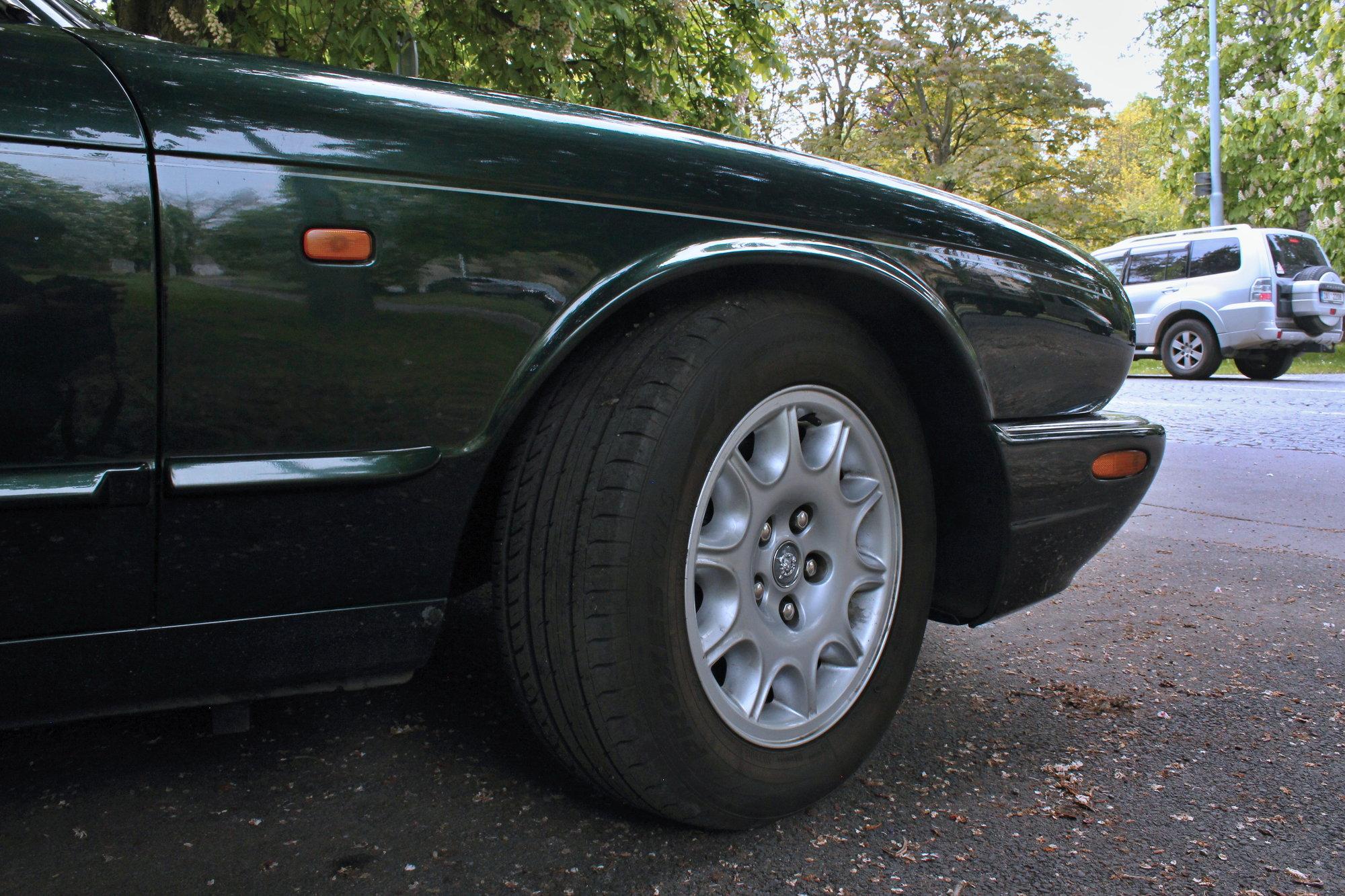 16 palcová kola na originálních discích Jaguar pomáhají zvýšit komfort i na kostkách a rozbitých silnicích