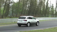 Škoda Karoq v plné rychlosti na Nürburgringu.