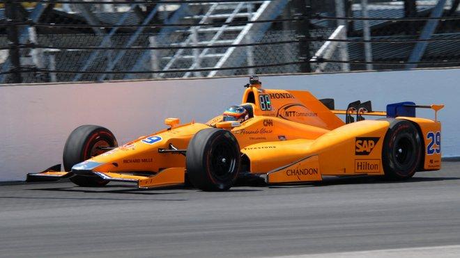 Fernando Alonso loni v Indy 500